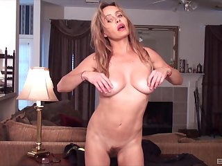 Hot MILF presents her slutty side in a sexy home solo